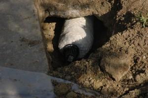 Укладка трубы вдоль стенки
